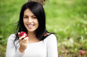 woman-eating-apple-in-the-fall