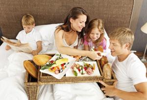 201104-breakfast-in-bed-600x411