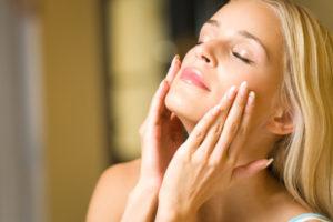 woman-applying-serum-to-face