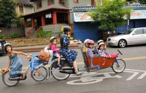 Maman à vélo avec ses 6 enfants
