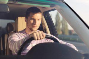 uomo-in-auto