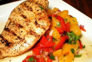 Kurinye-grudki-s-fruktovo-ovoshhnym-salatom