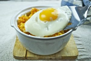pastel-de-arroz-y-huevo-frito-2
