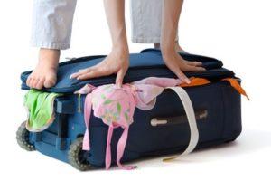 maleta-de-otono-mujer-cerrandola
