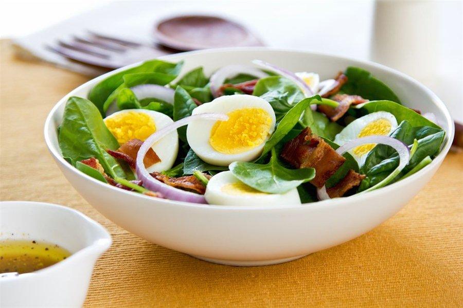 Salata-spanaki-me-mpeikon-kai-avga